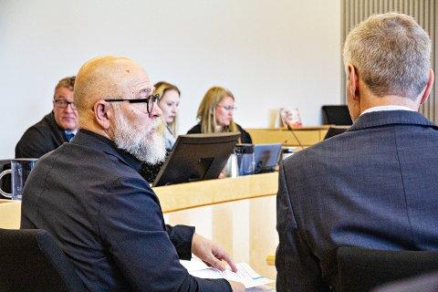 SAKKUNNIGE: Psykiater Tor Ketil Larsen (t.v.) og psykolog Dan Tungland i vitneboksen. I bakgrunnen ser me bistandsadvokat Harald Øglænd, politietterforskar Therese Stenlund og aktor Nina Grande.