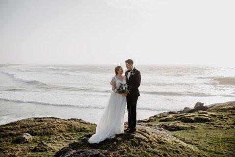 OPPHALD: Etter vigselen i Time kyrkje, drog det nygifte paret saman med fotografen for å ta bryllaupsbilete. Heldigvis starta det ikkje å regne før dei kom tilbake til middagen på Sola Strandgård.