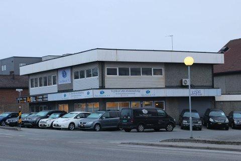 GEBYR: I dette næringsbygget på Kleppe fann Rogaland brann og redning ulovleg overnatting i andre etasje. Leigetakar Team Håndverk er usamde i gebyret Klepp kommune no krev av dei.