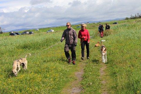 Ragnhild Schei til høyre hadde onsdag med seg både familie og venner ut for å lete etter hunden, Louise.