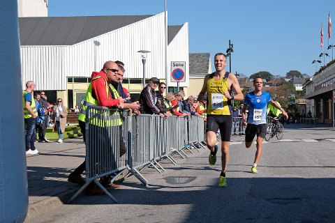 SEKUNDSTRID: Jarle Risa kom i mål eitt sekund før Andreas Penne Nygård.