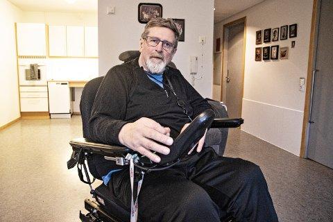 OMSORGSBOLIG: Torolv Obrestad bor nå i en kommunal omsorgsbolig, må ha hjelp til det meste og er fortsatt avhengig av rullestol – 14 måneder etter den dramatiske kollisjonen.