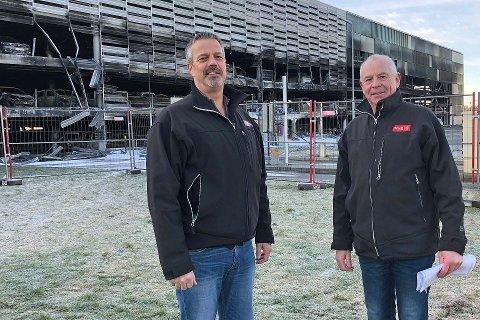 Takstmennene Alf Sunde og Jostein Tendenes fra Tryg Forsikring frykter at alle bilene i det brannskadde parkeringshuset ved flyplassen på Sola må kondemneres.