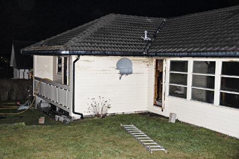 STORE SKADAR: Brannmannskapa fekk etter kvart sløkt bustadbrannen, men huset såg ut til å ha fått store brann-, sot- og vasskadar.