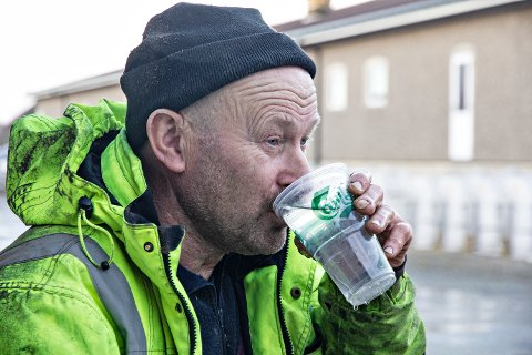 SMAKSPRØVE: Halvar Garpestad skal i utgangspunktet ikkje bruka vatnet frå brønnen som drikkevatn anna enn til dyra, men demonstrerer gjerne at det er heilt trygt å drikka av det.