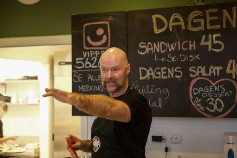JOBBSØKER: Inge Anda er den mest kjente av de 19 søkerne på den utlyste kokkestillingen ved Kleppheimen. På bildet er han på jobb, på Kaffekoppen i Sola.