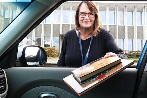 EKSTRA TILBOD: Bibliotekar Elisabeth Kolstø ved Klepp bibliotek leverer gjerne bøker direkte inn i bilen til dei som ikkje vil inn i biblioteket som eit ekstra tilbod i desse korona-tider.