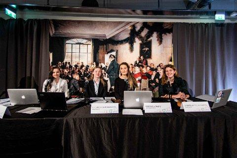 FOLKEVALGTE: Elevene Maren Klepp (f.v.), Line Engelsvoll, Medina Hadzic og Gabriella Tjelta Hansen var folkevalgte under årets Litla Storting.