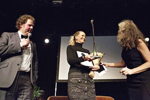 SIDDISPRISEN: Jærbladet-redaktør Kirsten M. Myklebust satt i juryen og delte ut Siddisprisen til Ane Mari Braut Nese. Til venstre konferansier Jan Zahl.