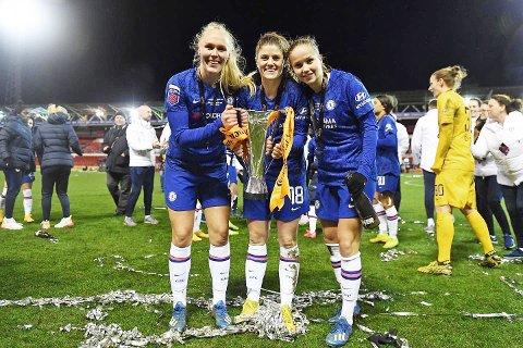 NORSK TRIO: Maria Thorisdottir (t.v.), Maren Mjelde og Guro Reiten poserer med licagup-pokalen og rikelig med konfetti.