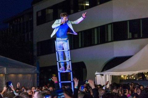 PÅ TOPP: Artisten Sondre Justad ga publikum topp stemning fra toppen av stigen på torget på Bryne under fjorårets Jærnåttå.