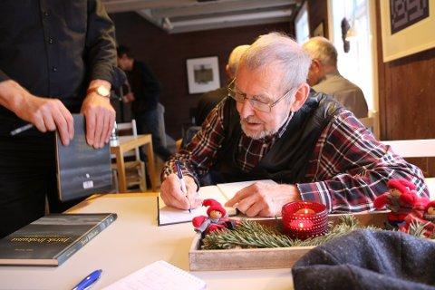 Tobias Skretting ble 83 år gammel. Her fra et bokslipp tilbake i 2016 der forfatteren skrev hilsninger og signaturer i de første eksemplarene.