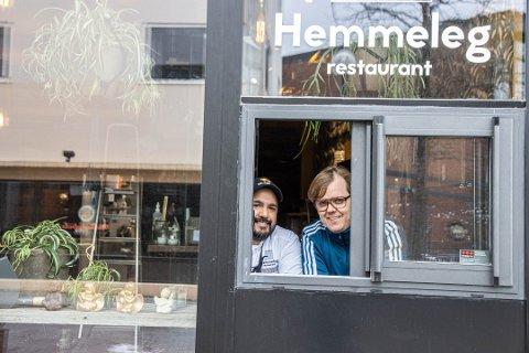 IKKJE OPTIMALT: – Kommunen er veldig flink til å ta mot uttalar frå politiet, men eg synest ikkje dialogen med skjenkestadene har vore god nok i denne prosessen, seier Frode Hagerup (t.h), dagleg leiar ved Hemmeleg restaurant.