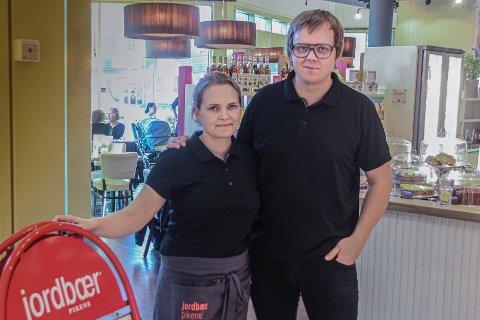 JORDBÆRPIKENE: Audhild Hagerup er daglig leder ved kafeen på M44. Bildet er tatt i forbindelse med at hun overtok rollen til ektemannen Frode Hagerup, som driver Hemmeleg på Bryne.
