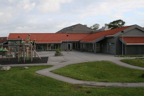 Tryggheim barnehage på Nærbø er drive privat, men må følgje dei same retningslinjene. Det blir utfordrande å møte alle krava, meiner styraren.