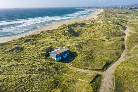 PÅ STRANDA: – Beliggenheten er helt unik, sier eiendomsmegleren om hytteeiendommen Borestranda 250, som ble solgt mandag.