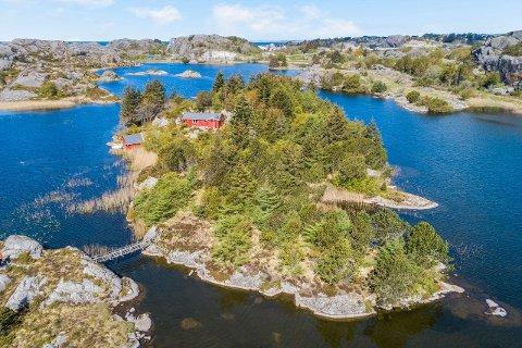 USJENERT: Det er stor boltreplass på denne eiendommen som ligger like ved Sirevåg. Mandag ble den solgt for 1,5 millioner kroner.