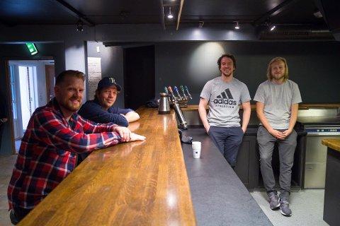 PUB: Annige Bar åpnet tredje juli. Fra venstre til høyre kompisene Trygve Holta, Roy Danny Dysjeland, Thomas Mæland og Frank Hole som nå kan kalle seg pub-eiere.