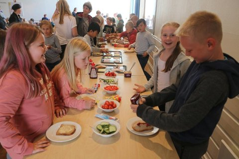 SKULEMAT: Elevar på Orstad skule gleder seg over mat i skulen (bilete frå 2017).