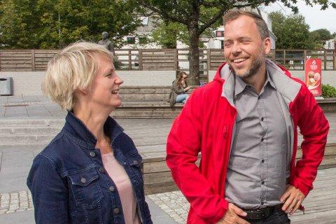 VALKAMP: Ingrid Fiskaa og partileiar Audun Lysbakken på Bryne torg under kommunevalkampen i 2019. Utspelet dei fronta den gongen, var heiltidskultur i kommunen.