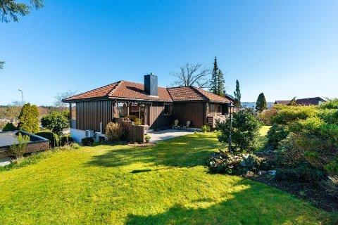 STOR TOMT: Denne boligen i Rektor Sælandsveg 19 på Bryne gikk for 6,1 millioner kroner, har over ett mål stor tomt.