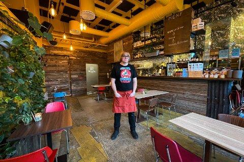 TOMT: Daglig leder på Hemmeleg, Frode Hagerup, inne i den tomme restauranten. Han forteller at tiltakene setter bransjen i en vanskelig situasjon.