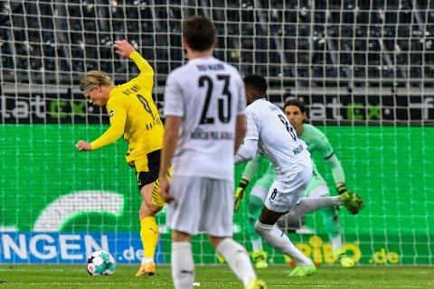SCORING: Erling Braut Haaland scorer mål nummer to mot Borussia Mönchengladbach.