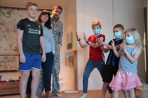 TRE SMITTA: Tre i familien Mong er smitta av koronaviruset og heile familien er i isolasjon heime på Tu. Frå venstre: Levi (13), mor Olene og far Jarle, Elia (11), Kaleb (8) og Lydia (5), alle med Mong til etternamn.