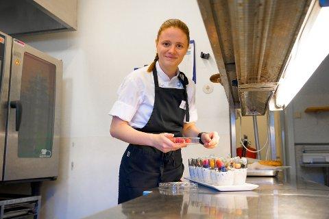 KOKK: Når Cecilie Frøyland (26) ikke er på fotballbanen, jobber hun som kokk ved LHL-klinikken på Nærland. Hun forteller at dommerjobben gir en fin bonusinntekt, men det er ikke pengene som først og fremst motiverer henne til å dømme fotballkamper.