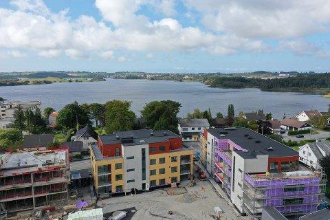 VIL SKAPE INTERESSE: Privatmegleren Jæren vil at flere skal få lyst til å kikke inn i de nye leilighetene på Kvernaland. Derfor lokker de med gratis helikoptertur.