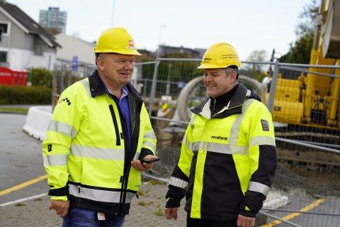 Prosjektleder Arvid Vistnes (t.v) og byggeleder Jan Sørheim har planlagt arbeidet som nå foregår i et år. Så langt er de godt fornøyd med trafikkavviklingen forbi arbeidet de gjør i Arne Garborgs veg.