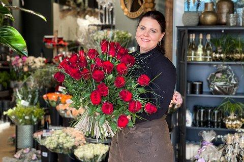 KLAR: Daglig leder hos Blomsterkvisten; Veronica Årsvold, er forberedt på en travel søndag.  Her holder hun bestselgeren.