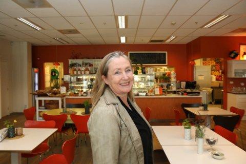 GLEDE: Kari Haug Hansen blei skikkeleg glad då jula kom og ho fekk feira i lag med den gode gjengen sin.