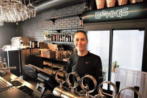 MÅ VENTE: Daglig leder Mari Botne må vente litt lenger enn planlagt, før hun kan ønske folk velkommen til nye Bekkis Bar på Bryne, men det tar hun med et smil.