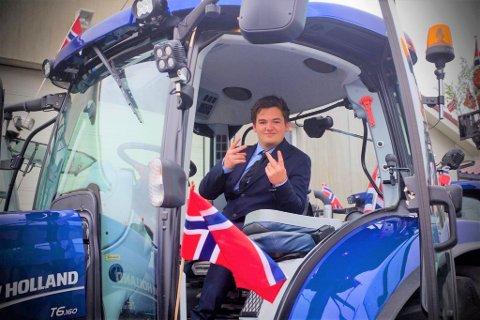 GLER SEG: – Sist 17. mai var me over 200 traktorar som køyrde frå Klepp til Varhaug. Eg trur at me i år kan få eit endå lenger tog, seier Sem Sikveland, som har arrangert traktortoget i Klepp sidan 2017.