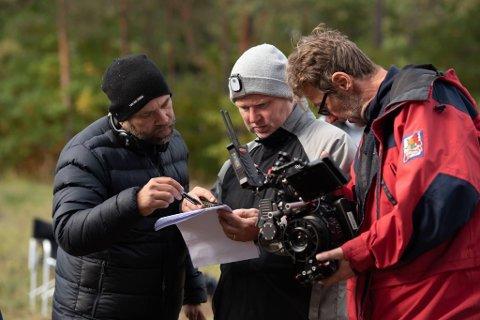 BAK KAMERA: Jan Jonassen (i midten) sammen med regissør Alexander Kristiansen (til venstre) og fotograf Nils Petter Devold Midtun.