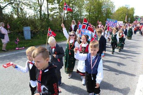 TO ÅR SIDEN: Slik så barnetoget på Hognestad ut for to år siden. Drømmen er å kunne feire 17. mai i år på denne måten.