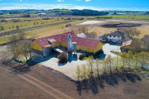 TOMT PÅ 5,6 DEKAR: Eigedommen på Stangeland i Klepp har store bygningar, men ikkje jord.