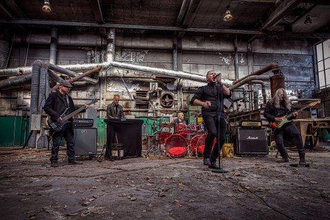 SPENNANDE: Den nye musikkvideoen til Take Back October er spelt inn i Gamle Kverneland fabrikk. Frå venstre: Paul Ueland, Fredrik Kverneland, Jan Cato Traa, Lars Martin Aasgård og Svein Ove Netland.