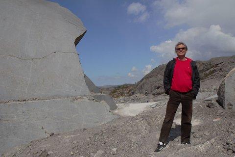 UNIKE STEINFLISER: Fra dette steinbruddet som ligger like utenfor Sirevåg, har det blitt foredlet en flisetype som nå ligger på flere av verdens mest eksklusive steder. Sverre Garpestad forteller den utrolige historien om «Sirevåg-flisen ».