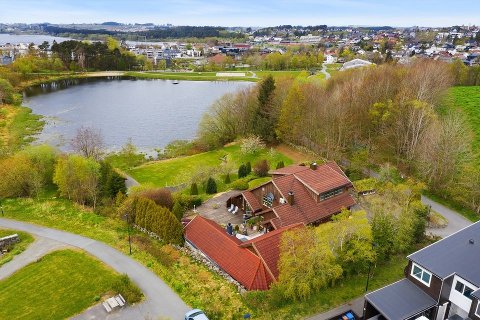 UTE I FJOR OGSÅ: Den 3,4 mål store eigedommen som ligg landleg plassert i Gamle Åslandsvegen på Kvernaland, blei først lagt ut for sal i fjor. Då ingen kjøpar melde seg, blei eigedommen trekt frå marknaden i oktober.