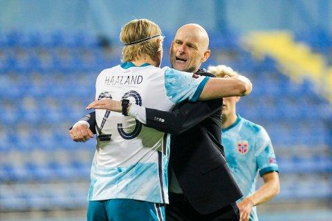 Erling Braut Haaland og landslagssjef Ståle Solbakken etter VM-kvalifiseringskampen i fotball mot Montenegro.