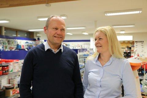 UTSETTES: John og Anniken Øgreid, som begge leder Ålgård landbrukssenter, forteller at åpningen av landbrukssenteret på Jæren utsettes.