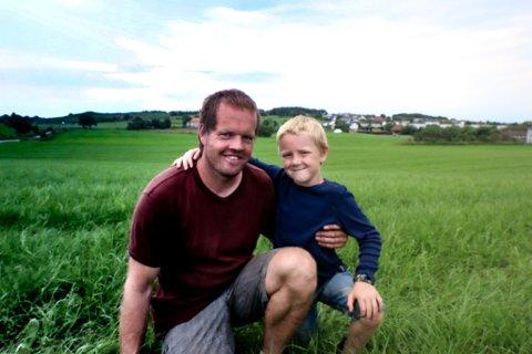 STORT OMRÅDE: Jan Arild Anda og Adrian Hatteland Anda foran det som bare er deler av gresset Jan Arild slår gjennom sommeren.