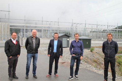 SIRDAL: Eilif Sandvand Galdal (t.v.), Åge Breimoen, styreleiar Tore Knapskog i Tonstad Energy Park, Svein Kvernstuen i Beyonder og ordførar i Sirdal, Johnny Liland, samla utanfor kraftknutepunktet på Ertsmyra.