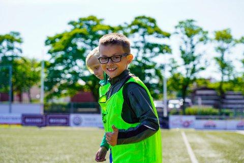 FORNØYD: Ti år gamle Kornelius Sirevåg Norebø gir tommel opp for å være i gang med sommerskolen igjen.