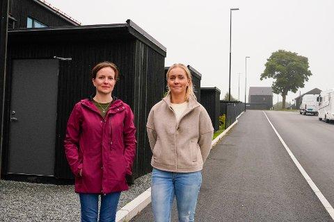 FRUSTRERT: Cathrine Larssen og Anette Arntzen er beboere i Ommundsvegen. De er bekymret for trafikksikkerheten i området og ønsker at flere tiltak skal bli gjort.