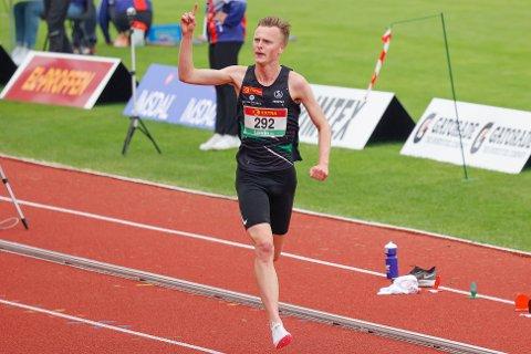 SUKSESS: Narve Gilje Nordås vant 5000 meter for herrer under NM i friidrett 2021 på Kristiansand stadion.