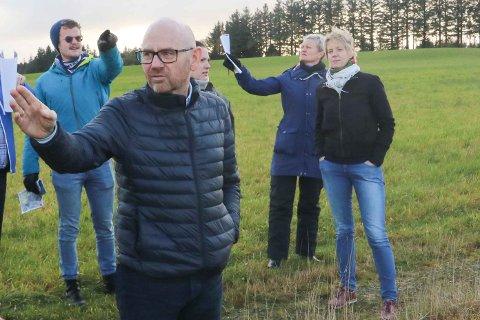 FORSVARAR SAKSBEHANDLINGA: Kommunedirektør Trygve Apeland i Time (fremst) innstiller på at kommunestyret skal oppretthalda vedtaket frå juni. Her er han fotografert på synfaring på Kalberg i fjor haust, og bak han står tre av dei ti kommunestyrerepresentantane som har signert på kravet om lovlegkontroll: Jon Torger Hetland Salte (MDG), Ranveig Undheim (Sp) og Ingrid Fiskaa (SV). Rett bak kommunedirektøren skimtar me Maren Vardøy Lie (Ap), som er blant dei som stemte for utbygginga.