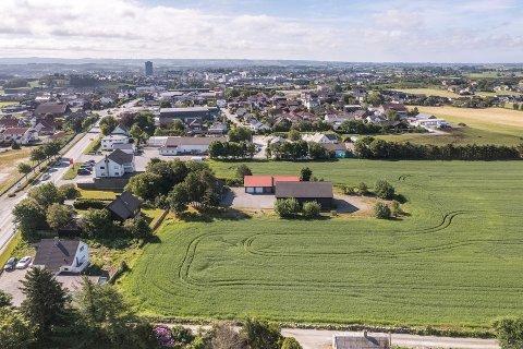 SENTRUMSNÆRT: Eiendommen ligger nær Bryne. 15 interessenter meldte seg da den ble lagt ut for salg.